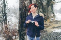 Jeune femme avec l'appareil-photo en nature Image libre de droits
