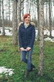Jeune femme avec l'appareil-photo en nature Images libres de droits
