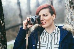 Jeune femme avec l'appareil-photo en nature Photos stock