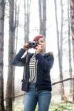 Jeune femme avec l'appareil-photo en nature Images stock