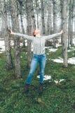 Jeune femme avec l'appareil-photo en nature Photographie stock