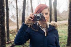 Jeune femme avec l'appareil-photo en nature Photographie stock libre de droits