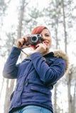 Jeune femme avec l'appareil-photo en nature Photos libres de droits