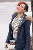 Jeune femme avec l'appareil-photo en nature Photo stock
