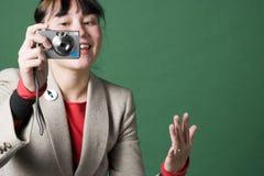 Jeune femme avec l'appareil photo numérique images stock