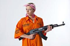 Jeune femme avec l'arme automatique photographie stock