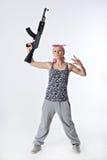 Jeune femme avec l'arme automatique image libre de droits