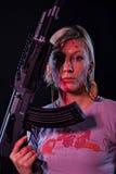 Jeune femme avec l'arme automatique photos stock