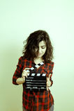 Jeune femme avec l'effet de couleur de vintage de panneau de clapet de film Photographie stock libre de droits