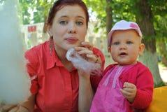 Jeune femme avec l'enfant Photographie stock libre de droits