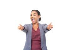 Jeune femme avec l'expression heureuse dirigeant des doigts photographie stock libre de droits