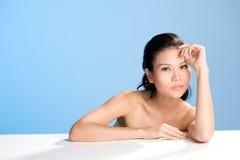 Jeune femme avec l'expression sensuelle Photographie stock
