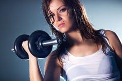 Jeune femme avec l'haltère Image stock