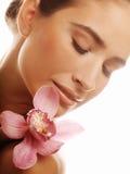 Jeune femme avec l'orchidée rose Images libres de droits