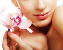 Jeune femme avec l'orchidée rose Photos stock