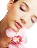 Jeune femme avec l'orchidée rose Photographie stock