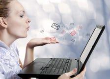 Jeune femme avec l'ordinateur. Blogger Images libres de droits