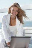 Jeune femme avec l'ordinateur portable Photographie stock