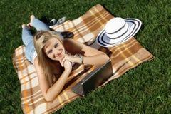Jeune femme avec l'ordinateur portable Photo stock