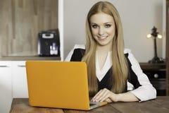 Jeune femme avec l'ordinateur portable Images libres de droits