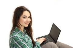 Jeune femme avec l'ordinateur portable dans des mains Photographie stock