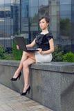 Jeune femme avec l'ordinateur portatif Photographie stock