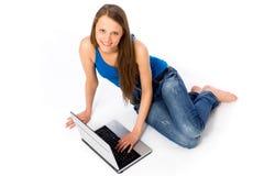 Jeune femme avec l'ordinateur portatif Image stock
