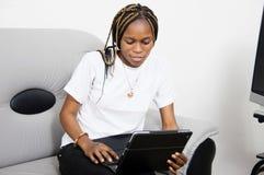 Jeune femme avec l'ordinateur portatif photo libre de droits