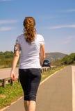 Jeune femme avec la bande de soutien de bras pour le smartphone Image libre de droits