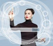 Jeune femme avec la barre vide d'adresse sur l'écran virtuel photo stock