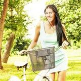 Jeune femme avec la bicyclette Photo libre de droits