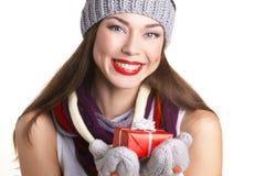 Jeune femme avec la boîte actuelle Photographie stock libre de droits