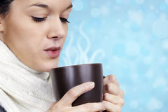 Jeune femme avec la boisson chaude Photo libre de droits
