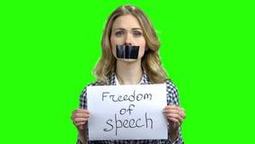 Jeune femme avec la bouche attach?e du ruban adh?sif sur l'?cran vert clips vidéos