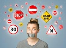 Jeune femme avec la bouche et les feux de signalisation collés Photos stock
