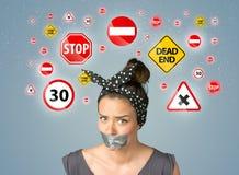 Jeune femme avec la bouche et les feux de signalisation collés Photo stock