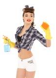 Jeune femme avec la bouteille et l'éponge de jet Photos libres de droits