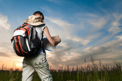 Jeune femme avec la carte et le sac à dos Photographie stock libre de droits