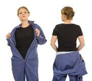 Jeune femme avec la chemise et les combinaisons noires vides Image stock