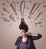 Jeune femme avec la coiffure et les signes tirés par la main d'exclamation Photo stock