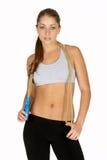 Jeune femme avec la corde de saut autour du cou Photographie stock libre de droits