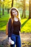 Jeune femme avec la cuvette de café Photographie stock libre de droits