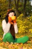 Jeune femme avec la cuvette de thé images libres de droits