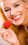 Jeune femme avec la fraise Photos stock