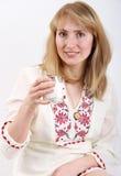Jeune femme avec la glace de lait photographie stock libre de droits