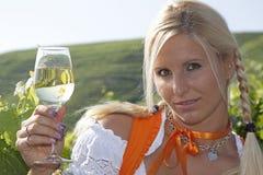 Jeune femme avec la glace de vin Photographie stock libre de droits