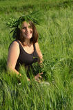 Jeune femme avec la guirlande d'herbe sur sa tête Photo libre de droits