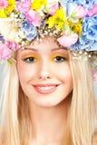 Jeune femme avec la guirlande de fleur Images stock