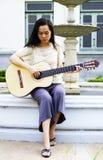 Jeune femme avec la guitare Photo stock