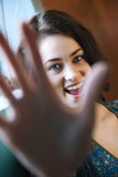 Jeune femme avec la main dans le projectile Images stock